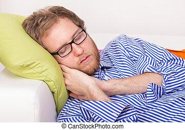 homem jovem, dormir, sofá