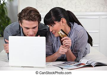 homem jovem, e, mulher jovem, fazer, online, compras