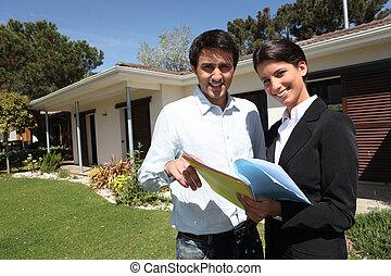 homem jovem, e, um, agente propriedade imobiliária