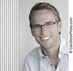 homem jovem, em, óculos