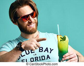 homem jovem, em, chapéu, bebendo, margarita, coquetel, bebida, suco, feliz, olhando câmera