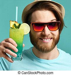 homem jovem, em, chapéu, e, sunglasses vermelhos, ter, margarita, coquetel, bebida, suco, sorrir feliz