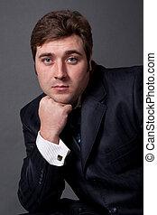 homem jovem, em, um, terno preto