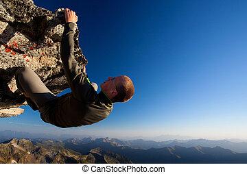 homem jovem, escalando, a, rocha, alto, acima, alcance...