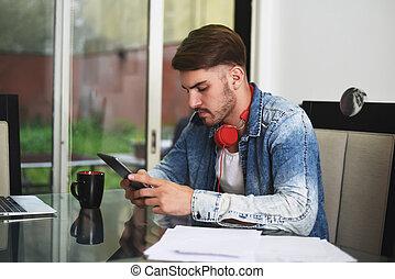 homem jovem, estudar, com, seu, tabuleta, fones, e, café