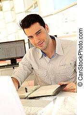 homem jovem, estudar, em, universidade