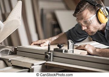 homem jovem, fazendo, woodwork