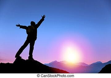 homem jovem, ficar, ligado, a, topo, de, montanha, e, observar, a, amanhecer