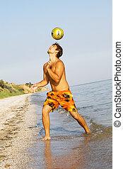 homem jovem, futebol americano jogando, ligado, um, costa mar