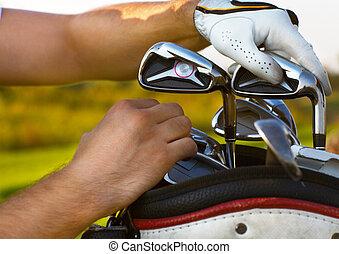 homem jovem, golfe jogando, choising, clube