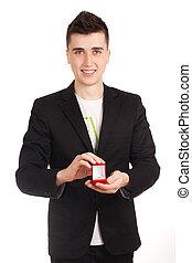homem jovem, holdin, caixa vermelha, com, anel