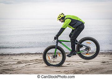 homem jovem, ligado, gorda, bicicleta