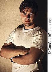 homem jovem, ligado, parede, fundo