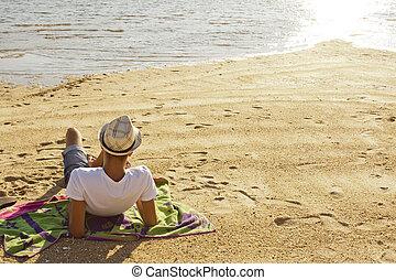homem jovem, mentindo praia
