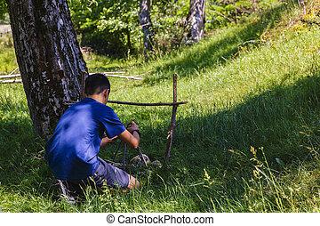 homem jovem, quem, faz, um, fogo acampamento, em, natureza
