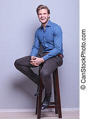 homem jovem, rir, casual, sentando
