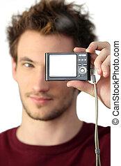 homem jovem, segurando, câmera digital