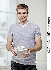 homem jovem, segurando, caixa presente