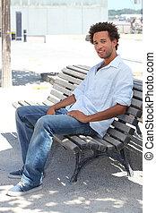 homem jovem, sentando, ligado, um, banco
