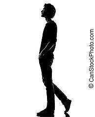 homem jovem, silueta, andar, sorrir feliz