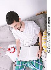 homem jovem, studying.