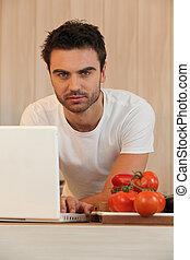 homem jovem, surfando internet