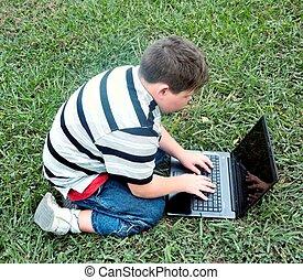 homem jovem, trabalhar, laptop