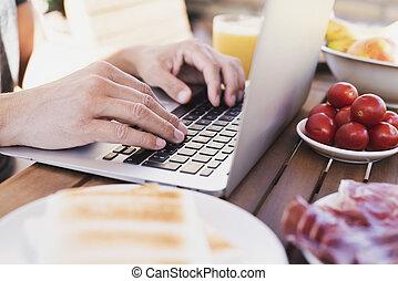 homem jovem, usando, um, laptop, ao ar livre