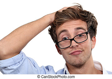 homem jovem, vidros desgastando, fazer um rosto engraçado