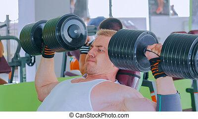 homem, levantamento, jovem, atlético, ginásio, dumbbells