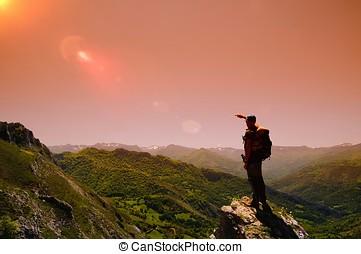 homem, ligado, montanha, em, dawn.