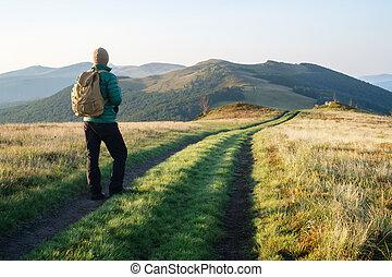 homem, ligado, montanhas, estrada