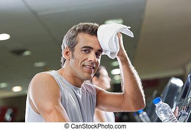 homem, limpar, suor, com, toalha, em, clube saúde