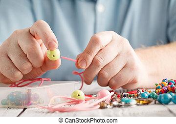 homem, mão, fazer, brincos, de, polímero, clay., passatempo, artesanato, fundo