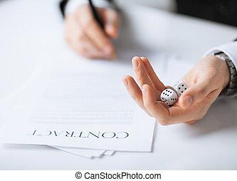 homem, mãos, com, jogo, dices, contrato assinando