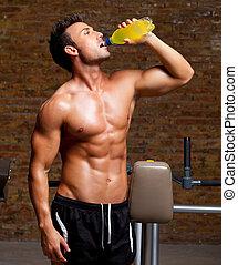 homem músculo, em, ginásio, relaxado, com, energia, bebida