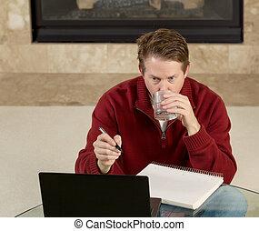homem maduro, água potável, enquanto, trabalhar, designações, casa