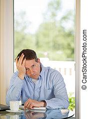 homem maduro, deprimido, enquanto, trabalhando