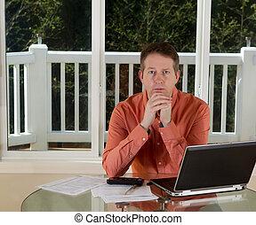 homem maduro, em, pensamento, enquanto, trabalhando casa