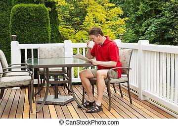homem maduro, enoying, café manhã, ligado, ao ar livre, pátio, em, manhã