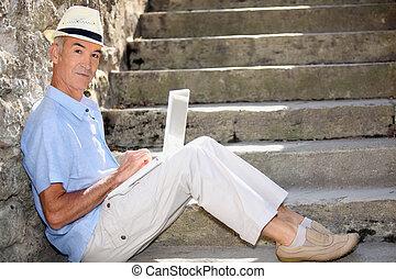 homem maduro, fazendo, computador, exterior, em, a, pé, de, escadas