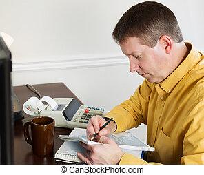 homem maduro, levando, dados, desligado, a, computador, para, fazendo, renda, impostos