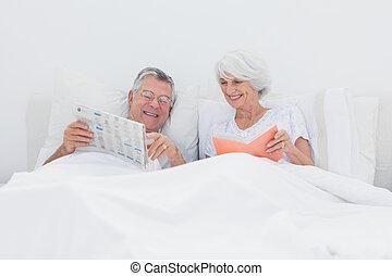 homem maduro, mostrando, jornal, para, seu, esposa