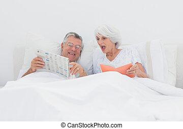 homem maduro, mostrando, seu, jornal, para, seu, esposa