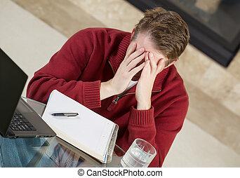 homem maduro, mostrando, tensão, enquanto, trabalhando casa
