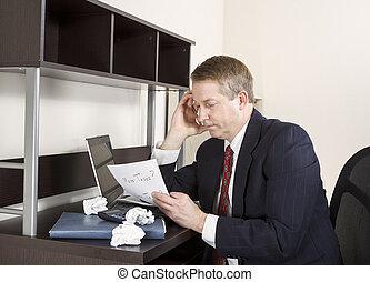 homem maduro, pensando, enquanto, trabalhar, renda, impostos