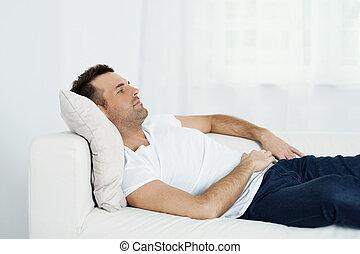 homem maduro, relaxante, ligado, sofá