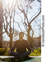 homem maduro, sentando, ligado, esteira yoga, em, confortável, asana, sorrindo, e, relaxante, em, park., meditação, em, vida cidade, condições