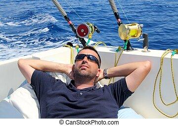 homem marinheiro, pesca, descansar, em, bote, férias verão