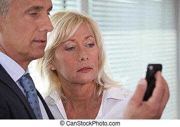homem, mostrando, telefone móvel, para, mulher